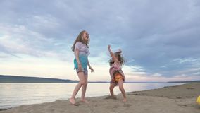 Dansen för två barn och skämmer bort på stranden lager videofilmer