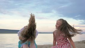 Dansen för två barn och skämmer bort på stranden stock video