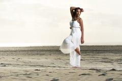 Dansen poserar på stranden Royaltyfria Bilder