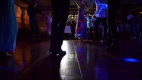 Dansen van mensen bij restaurant stock footage