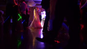 Dansen van mensen bij restaurant stock videobeelden