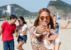 Dansend flower power-meisje met groep de mens en vrouw bij open ai Royalty-vrije Stock Foto