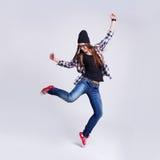 Dansend hipster meisje in glazen en zwarte beanie Stock Afbeeldingen