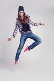 Dansend hipster meisje in glazen en zwarte beanie royalty-vrije stock foto's
