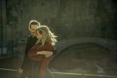 Dansend meisje met een mens die op haar letten stock foto