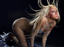 Dansend meisje met groot fly-away haar Stock Foto