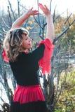 Dansend meisje op de aard Stock Afbeelding