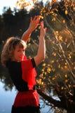 Dansend meisje op de aard Stock Foto