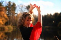 Dansend meisje op de aard Stock Afbeeldingen