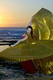 Dansend meisje op een overzeese kust Stock Afbeelding
