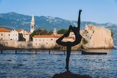 Dansend Meisjesstandbeeld in Budva stock foto's