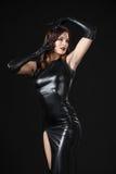 Dansend model gekleed in kleren van latex stock afbeelding