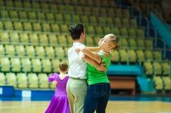 Dansend paar? dat op wit wordt geïsoleerdg Royalty-vrije Stock Afbeeldingen