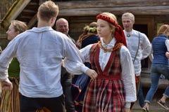 Dansend paar in het Letse nationale kostuum stock foto's