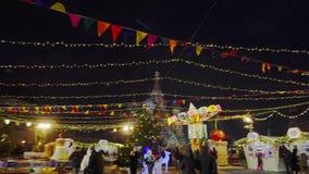 Dansend paar, Traditionele Russische feestelijke markt op Rood Vierkant, de winter stock videobeelden