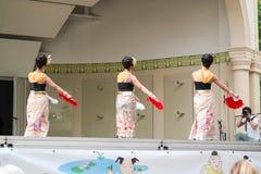 Dansende Aziatische vrouwen in traditionele Thaise kostuums Royalty-vrije Stock Afbeelding
