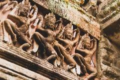 4 dansende dames in kleur - Bas Relief Detail in Angkor Wat, Siem oogst, Kambodja, Indochina, Azië - staande richting royalty-vrije stock afbeeldingen