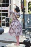 Dansende en zingende echte menselijke pop op de straat van de Kunst fes Royalty-vrije Stock Foto's