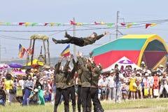 Dansende groep in volkskostuums en de vorm van het Sovjetleger bij festival sabantui-2014 Royalty-vrije Stock Foto