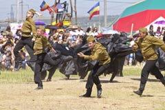 Dansende groep in volkskostuums en de vorm van het Sovjetleger bij festival sabantui-2014 Stock Foto
