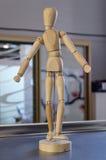 Dansende houten pop. Stock Afbeeldingen