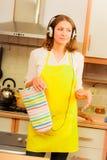 Dansende huisvrouw in keuken Stock Foto's