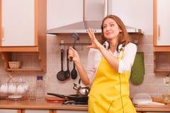 Dansende huisvrouw in keuken Royalty-vrije Stock Afbeelding