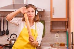 Dansende huisvrouw in keuken Stock Afbeelding