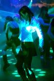 Dansende jonge vrouw royalty-vrije stock afbeeldingen