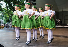 Dansende kinderen in nationale kostuums Royalty-vrije Stock Foto's