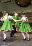 Dansende kinderen in nationale kostuums stock afbeelding