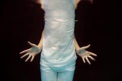 Dansende man handen onderwater Stock Afbeeldingen