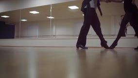 Dansende mannelijke en vrouwelijke benen in de dansstudio stock video