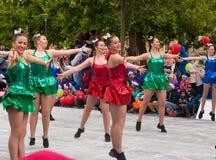 Dansende meisjes bij Kerstmisspectakel Stock Foto