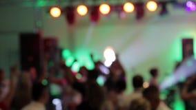 Dansende paren tijdens partij of huwelijksviering stock footage