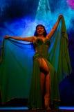 Dansende vrouw in oosters kostuum Stock Foto