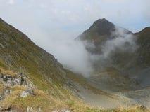 Dansende wolken in bergen Stock Fotografie