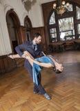 Danser Bending Backwards While door de Mens wordt gesteund die royalty-vrije stock afbeeldingen
