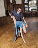 Danser Bending Backwards While door Partner wordt gesteund die stock foto