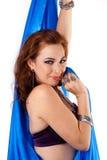 Danser die van de buik met blauwe sluier terughoudend de kijkt stock afbeeldingen