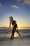 Danser die zich bij de oceaanrand bevindt Stock Foto's