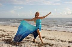 Danser op het strand stock foto