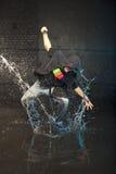 Danser in regen stock foto's
