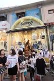 Danser shoppar i Seoul royaltyfri fotografi