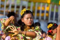 Danser tijdens het Festival 2012 van het Water in Myanmar Stock Foto's