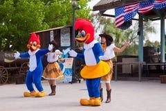 Dansers avec performaning boisé au parc à thème Image libre de droits