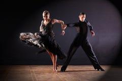 Dansers in balzaal op zwarte stock afbeelding