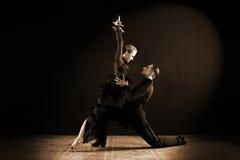 Dansers in balzaal op zwarte Stock Afbeeldingen