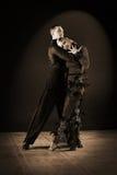 Dansers in balzaal op zwarte Royalty-vrije Stock Foto's