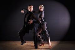 Dansers in balzaal op zwarte achtergrond royalty-vrije stock afbeelding